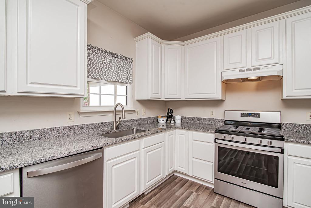 gorgeous kitchen w/ stainless steel appliances - 11 CANDLERIDGE CT, STAFFORD