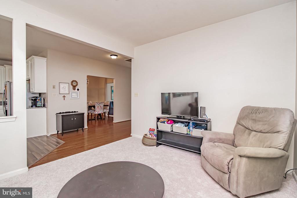 Open feel throughout! - 11 CANDLERIDGE CT, STAFFORD
