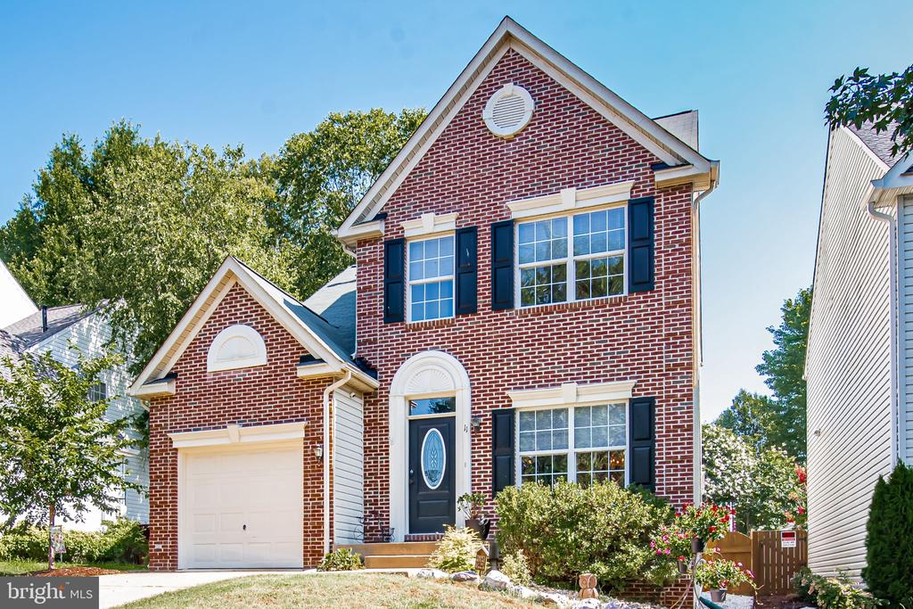 Brick front beauty w/fantastic curb appeal! - 11 CANDLERIDGE CT, STAFFORD