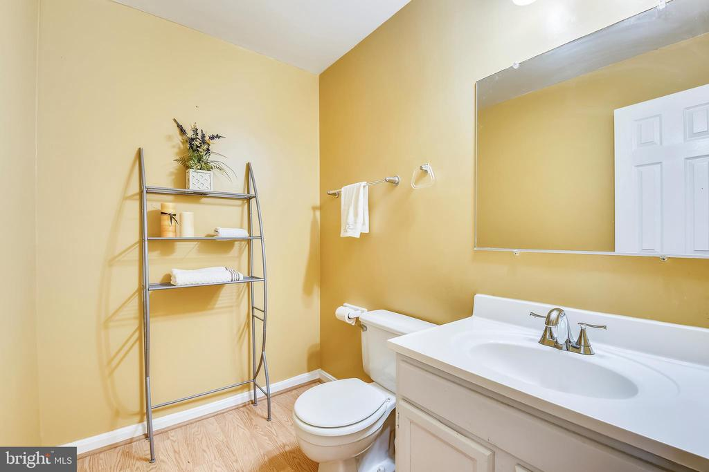 Main Level Powder Room - 17605 SILVER DOLLAR CT, GAITHERSBURG