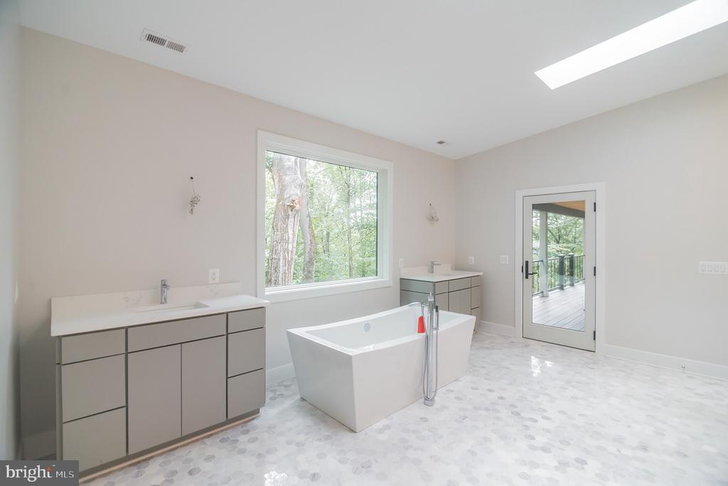 Gorgeous bath w separate soaking tub - 6027 TULIP POPLAR CT, MANASSAS
