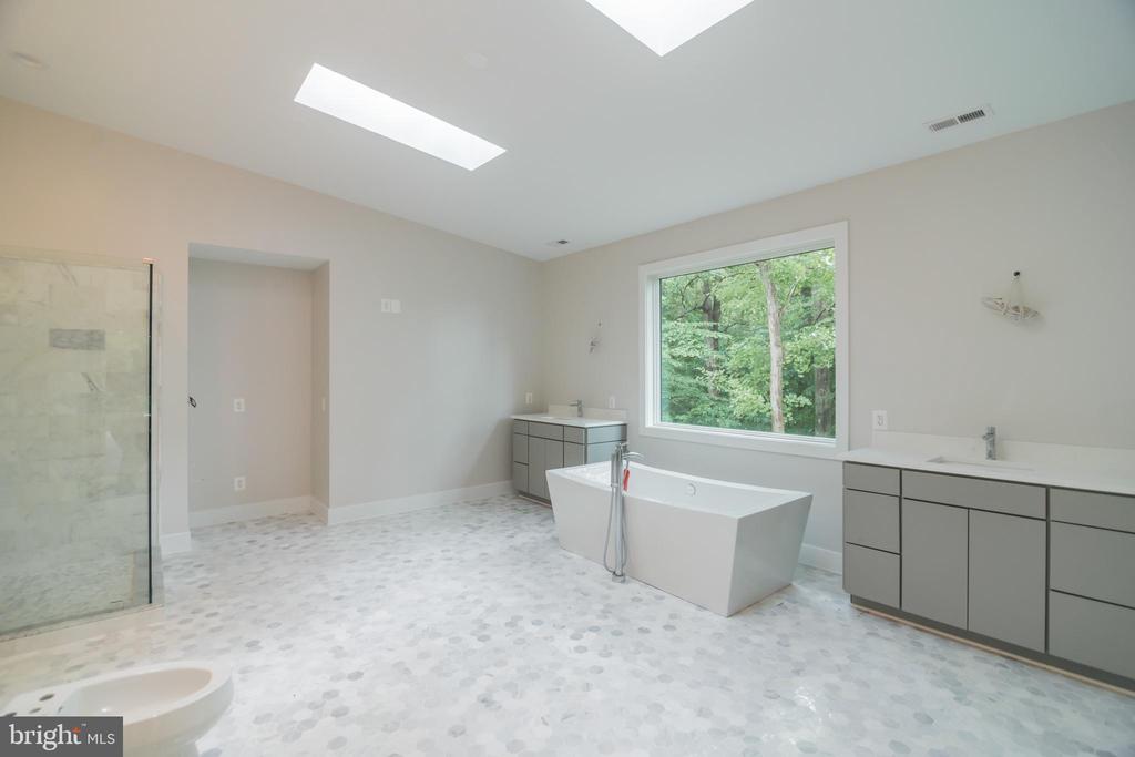 Master bath w his her vanities,  Huge shower - 6027 TULIP POPLAR CT, MANASSAS