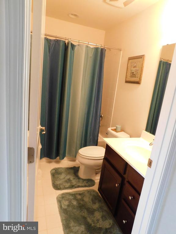 Upper Level Bathroom - 45938 GRAMMERCY TER, STERLING