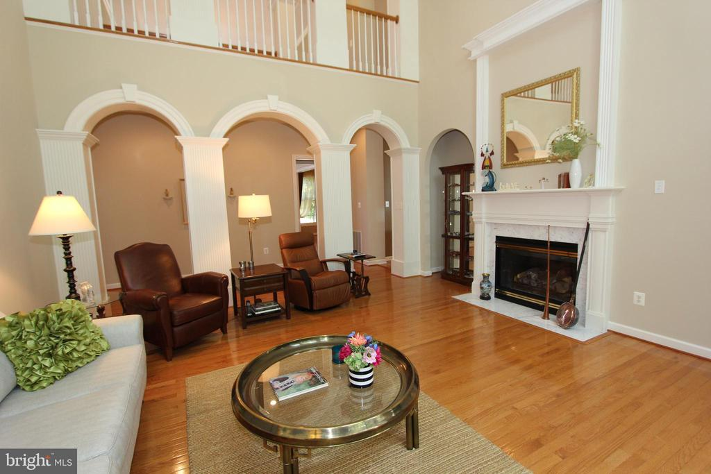 Hardwood floors and gas fireplace - 4303 SARATOGA SPRINGS CT, MIDDLETOWN