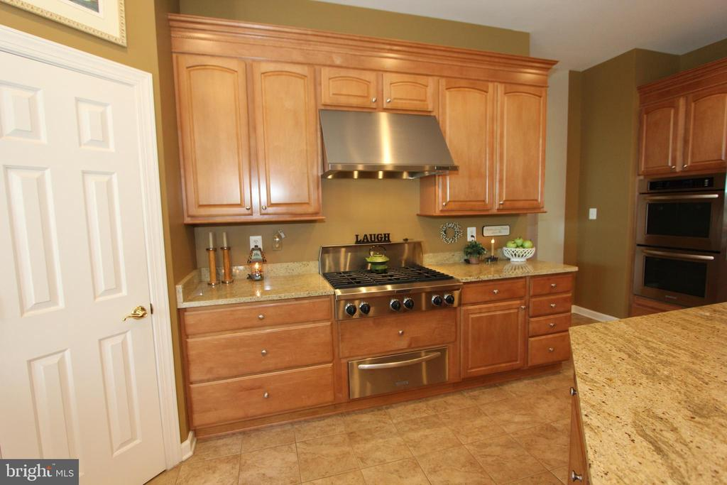 Granite counters, six-burner gas stove - 4303 SARATOGA SPRINGS CT, MIDDLETOWN