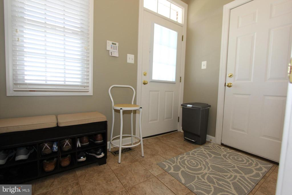 Spacious mudroom, accessible from garage and front - 4303 SARATOGA SPRINGS CT, MIDDLETOWN
