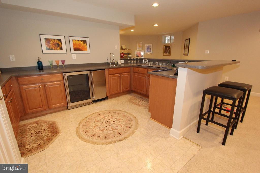 Wet bar with Corian counters & ice maker - 4303 SARATOGA SPRINGS CT, MIDDLETOWN