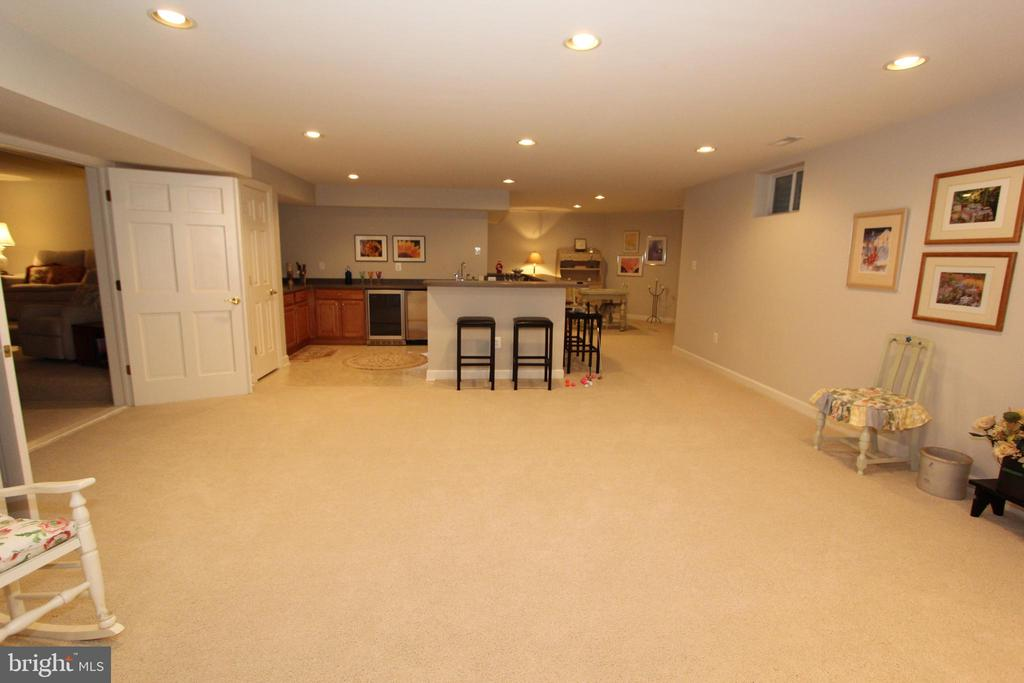 Recreation room, view 5, towards the wet bar - 4303 SARATOGA SPRINGS CT, MIDDLETOWN