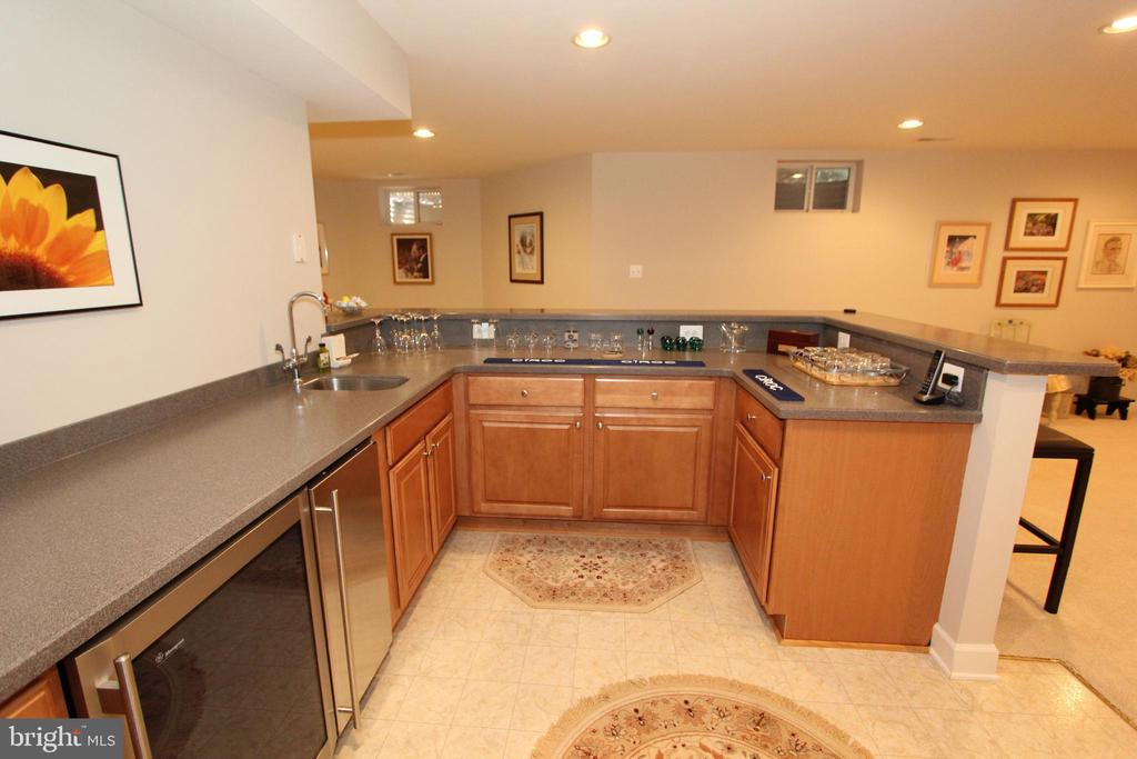 Wet bar has custom cabinets and beverage fridge - 4303 SARATOGA SPRINGS CT, MIDDLETOWN