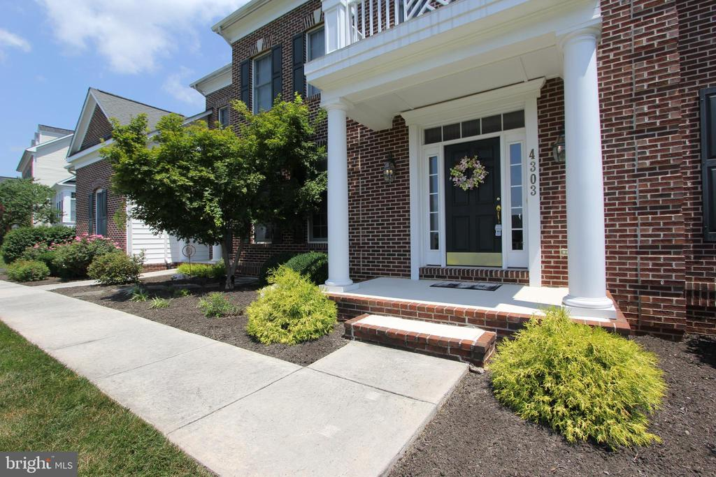 Front portico - 4303 SARATOGA SPRINGS CT, MIDDLETOWN