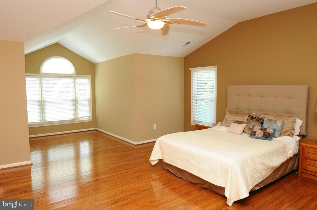 Master bedroom with sitting area - 46432 MONTGOMERY PL, STERLING