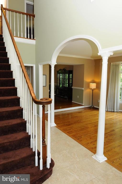 Elegant staircase and 2 story foyer - 46432 MONTGOMERY PL, STERLING