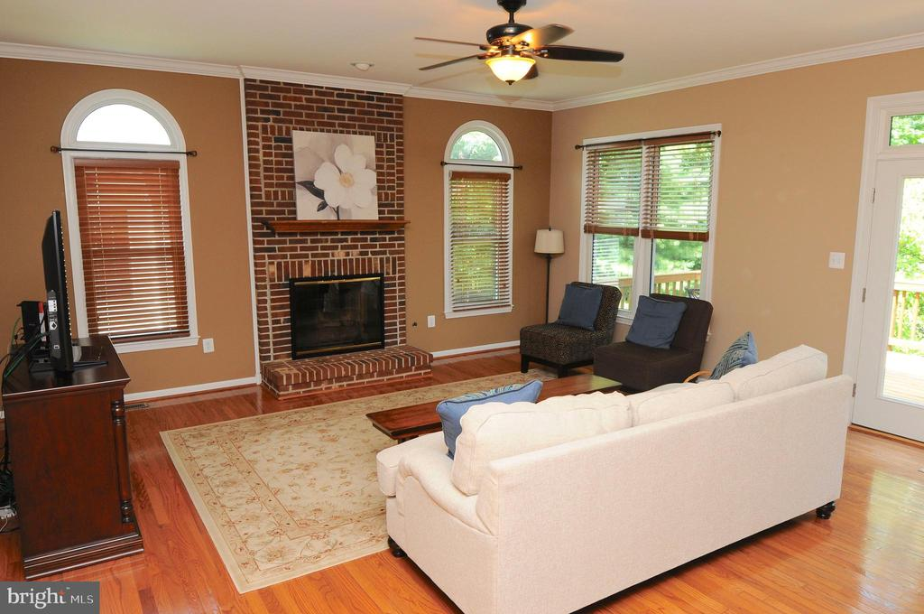 Large family room  with plenty of natural light - 46432 MONTGOMERY PL, STERLING
