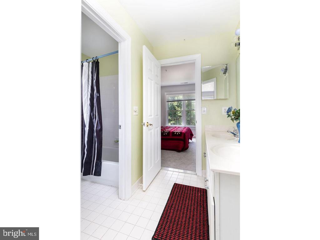 Bath between Bedrooms 3 and 4 - 6912 WINTER LN, ANNANDALE