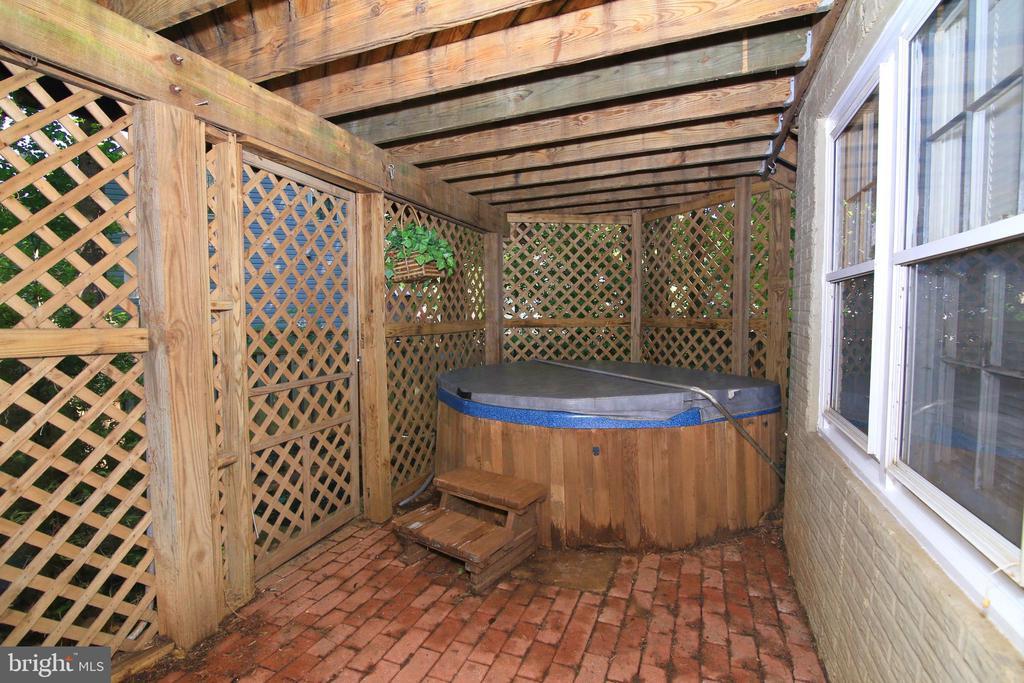 Hot Tub - 15046 SILVER LEAF CT, DUMFRIES