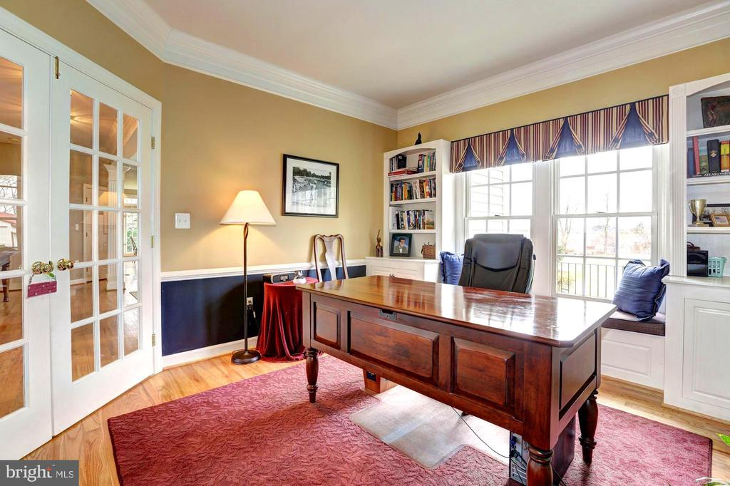 Library with built in cabinetry and benches - 22910 PEACH TREE RD, CLARKSBURG