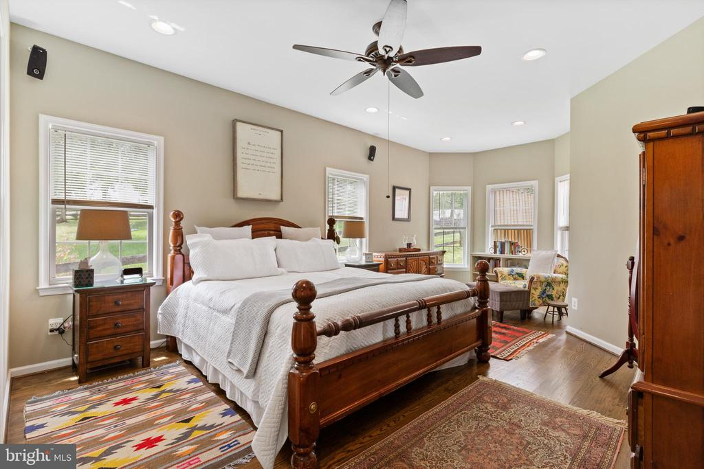 Spacious Master BR 1 w/ ceiling fan, sitting area - 20193 BROAD RUN DR, STERLING