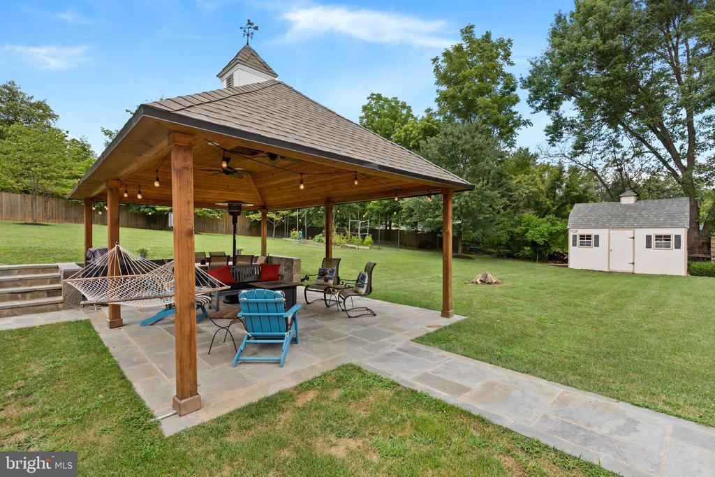 Pavillion with ceiling fan, stone patio & walkway - 20193 BROAD RUN DR, STERLING