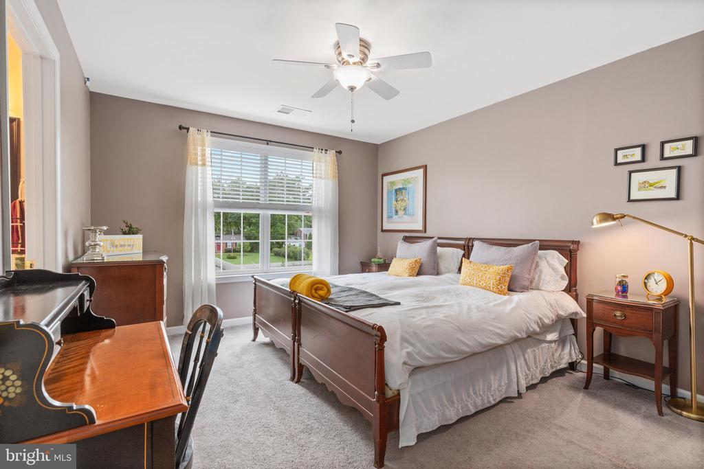 Upper level Bedroom 3 shares Jack and Jill bath - 20193 BROAD RUN DR, STERLING