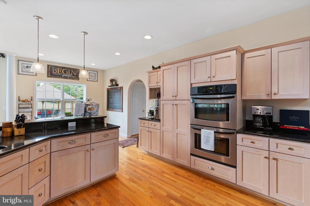 Kitchen view, double oven and coffee bar - 20193 BROAD RUN DR, STERLING