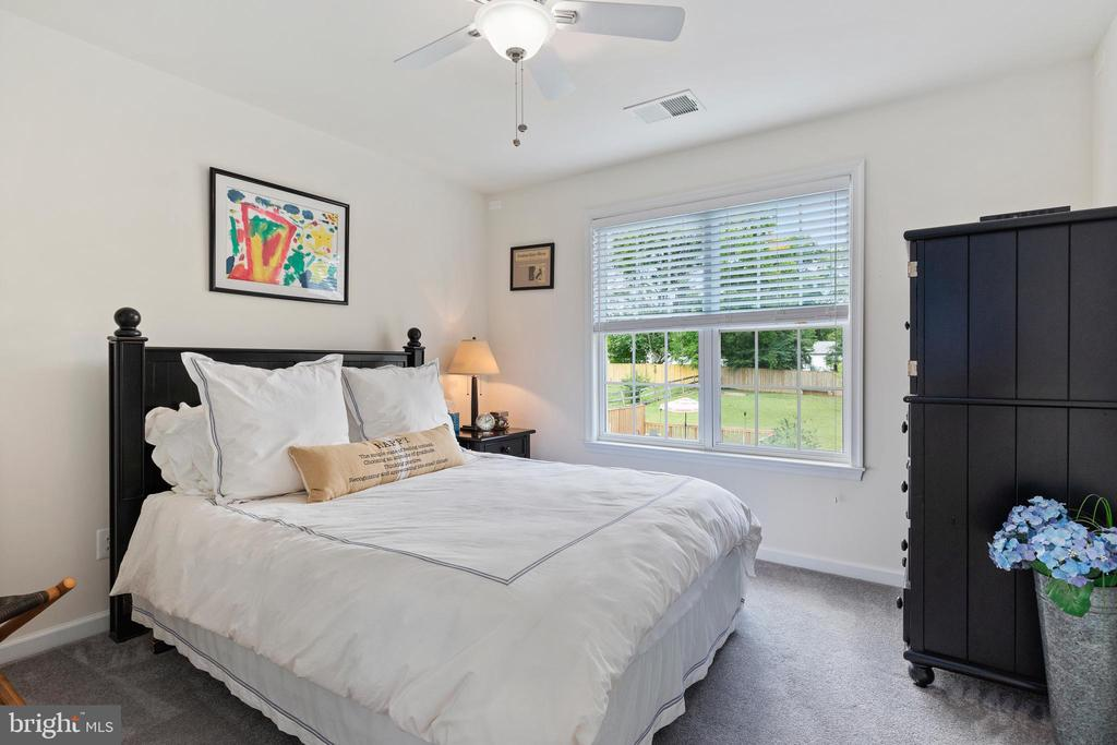 Upper level Bedroom 4 has its own bathroom - 20193 BROAD RUN DR, STERLING