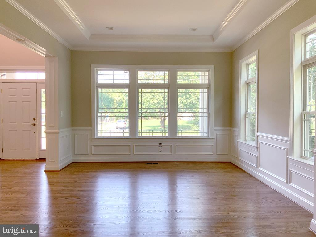 Crown Molding, Chair Rail & Wainscoting - 6617 GREENLEAF ST, SPRINGFIELD