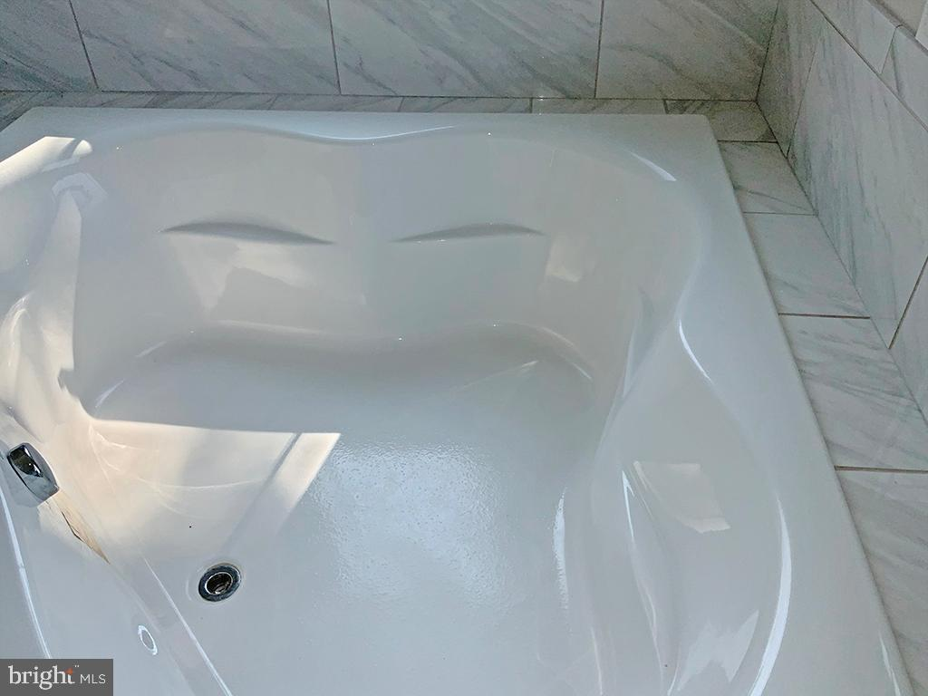 Large Corner Soaking Tub - 6617 GREENLEAF ST, SPRINGFIELD
