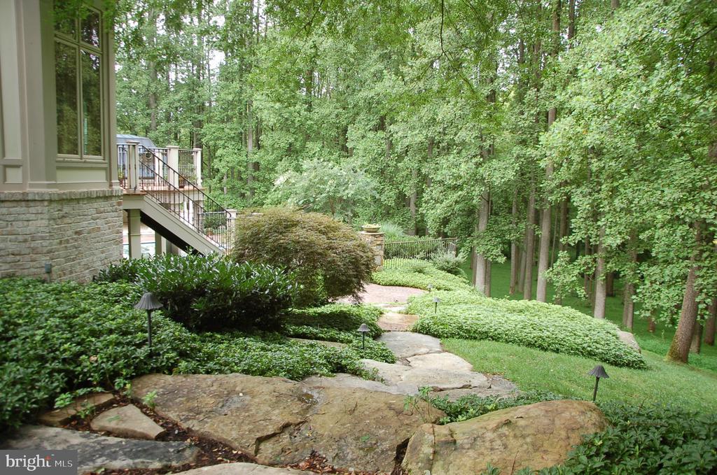 Beautiful landscaping - 9998 BLACKBERRY LN, GREAT FALLS
