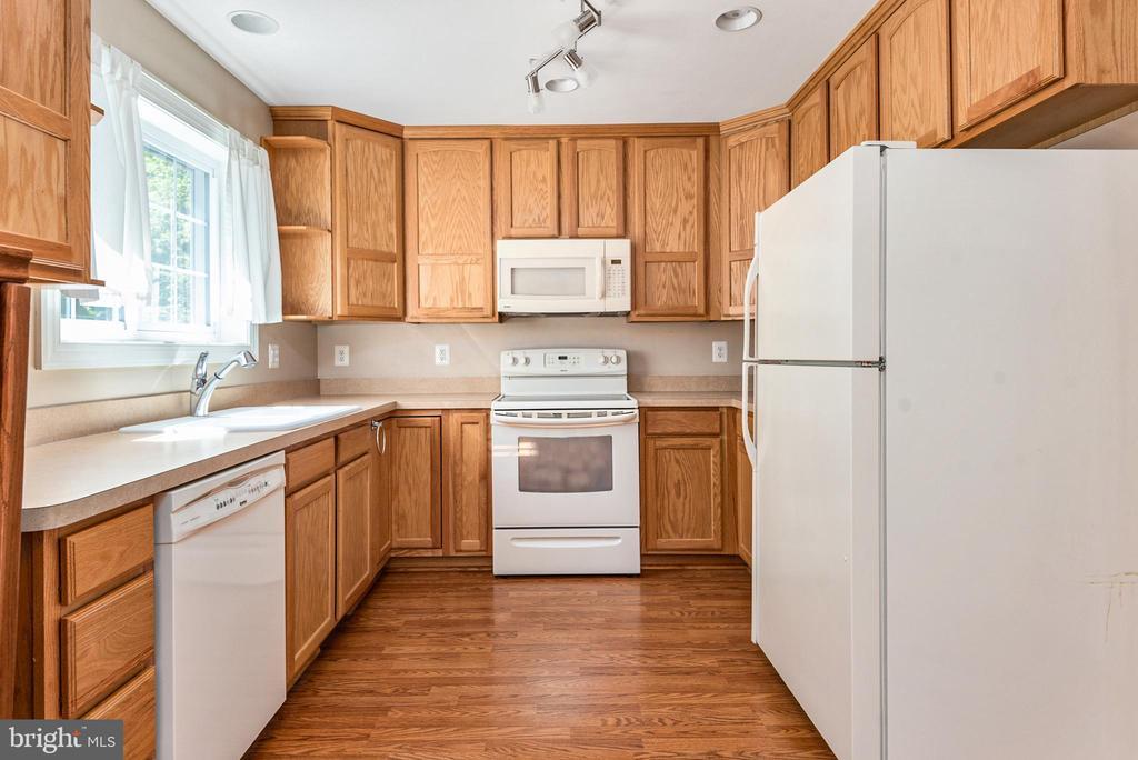 Full appliances in kitchen - 2843 GARRISONVILLE RD, STAFFORD