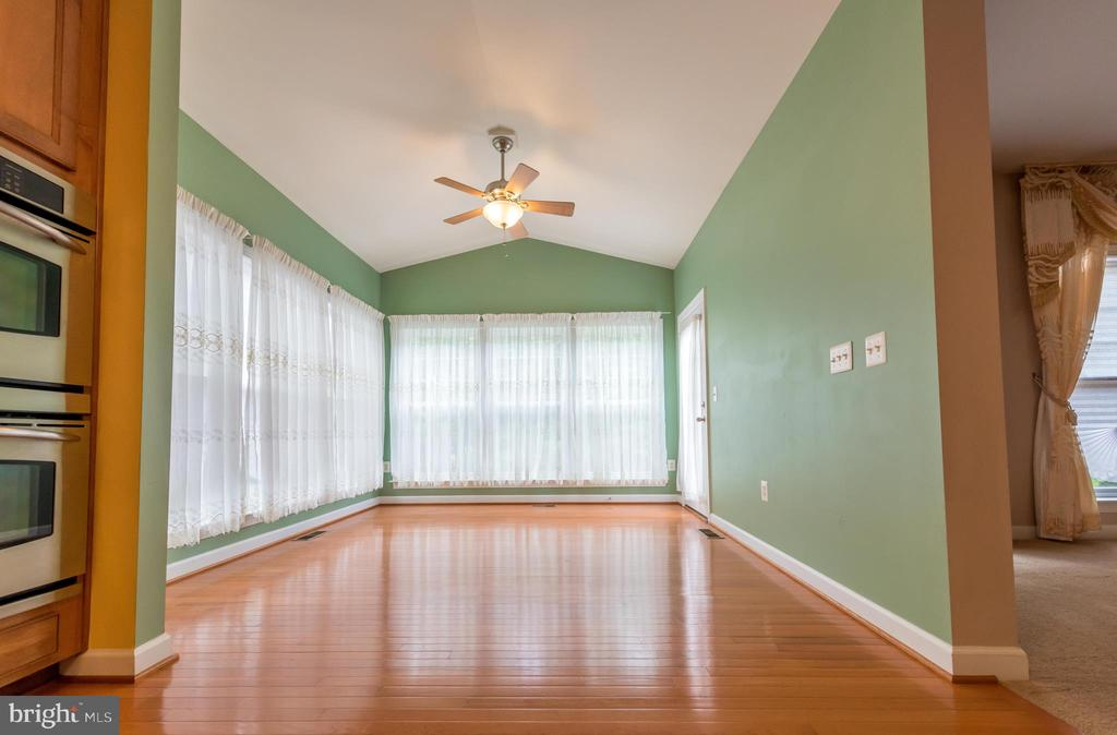 Morning room, oversized window, door to back yard - 18494 QUANTICO GATEWAY DR, TRIANGLE