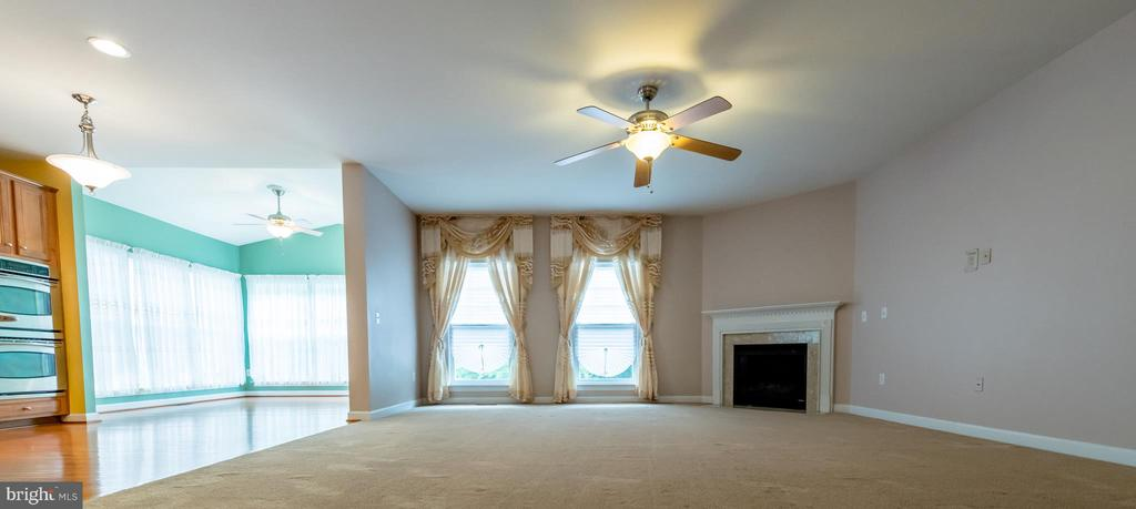Large living room - 18494 QUANTICO GATEWAY DR, TRIANGLE