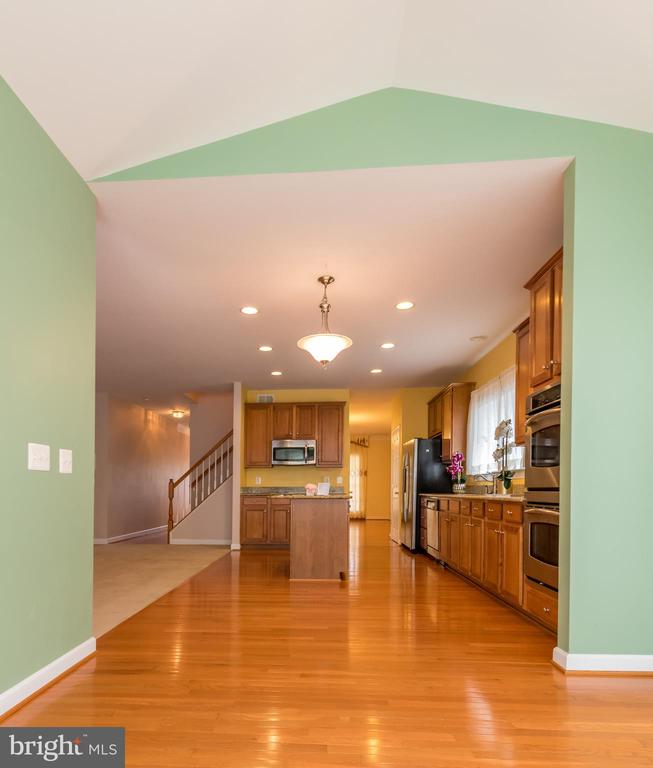 Bright morning room connected to the kitchen - 18494 QUANTICO GATEWAY DR, TRIANGLE