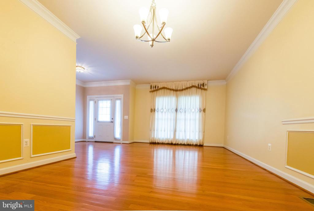 Large hardwood floor dinning room - 18494 QUANTICO GATEWAY DR, TRIANGLE