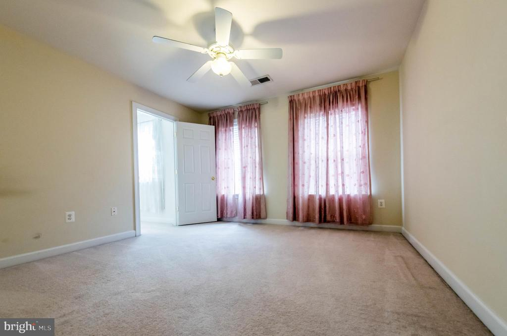 Bed room and walk-in closet with window - 18494 QUANTICO GATEWAY DR, TRIANGLE