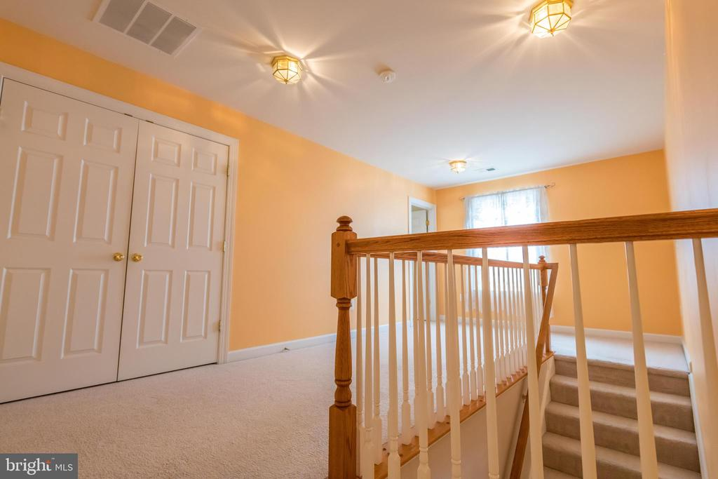 Third floor hall way with large closet - 18494 QUANTICO GATEWAY DR, TRIANGLE