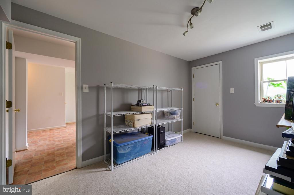 Lower level bedroom or office - 324 LOUDOUN ST SW, LEESBURG