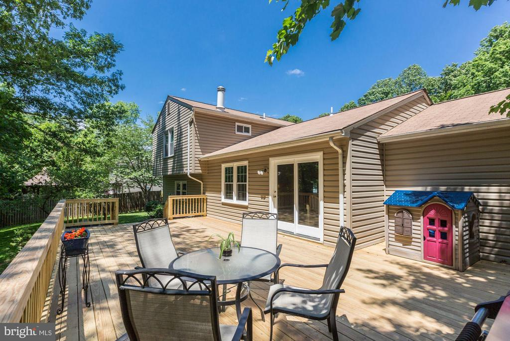 BRAND NEW DECK - BEAUTIFUL CRAFTSMANSHIP! - 12335 COLERAINE CT, RESTON