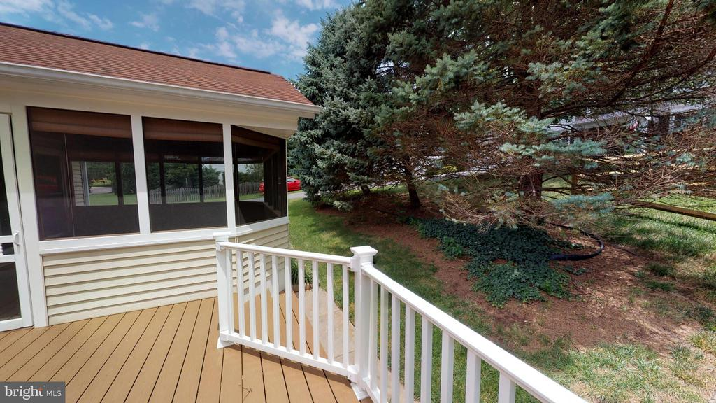 Screened in porch, deck, back yard - 13519 MOSS GLEN RD, CLIFTON