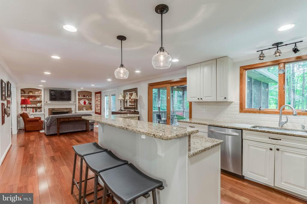 Large Island with Breakfast Bar - 12306 FOLKSTONE DR, HERNDON