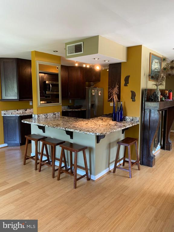 Granite Breakfast Bar seats up to 7 people - 3100 S MANCHESTER ST #401, FALLS CHURCH