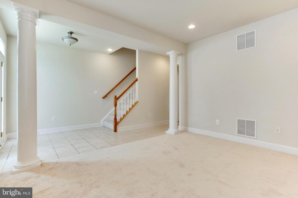 Family room - 525 ODENDHAL AVE, GAITHERSBURG