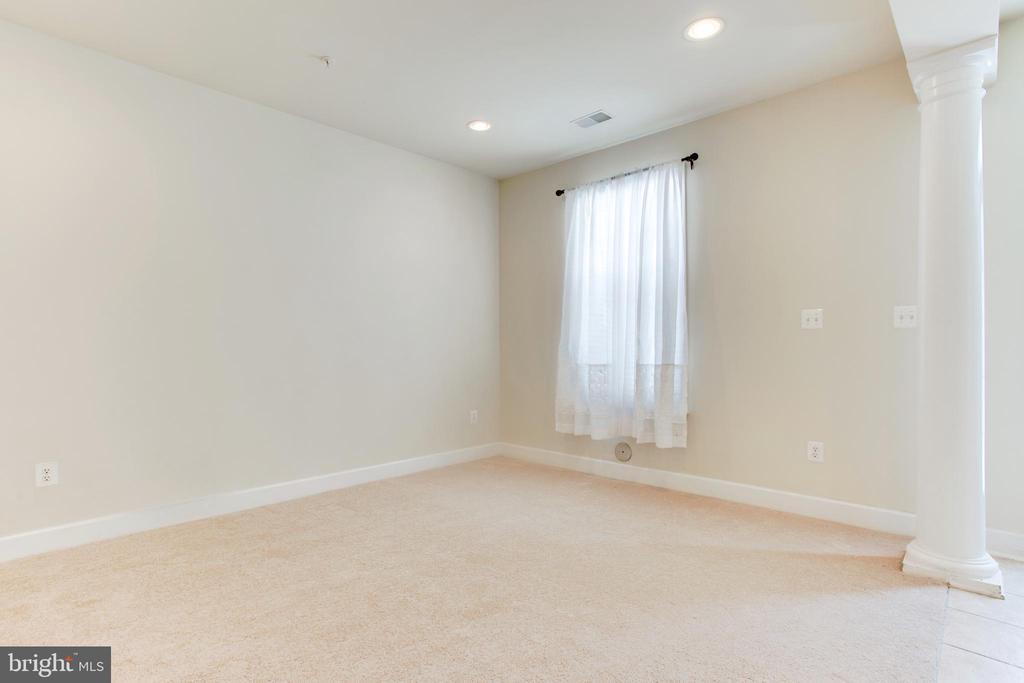 Family room -New Carpet - 525 ODENDHAL AVE, GAITHERSBURG
