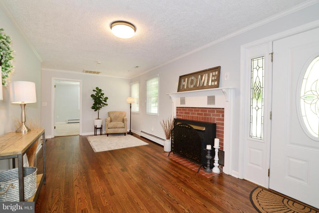 Entry w Hardwood and fireplace - 13934 MOUNTAIN RD, HILLSBORO