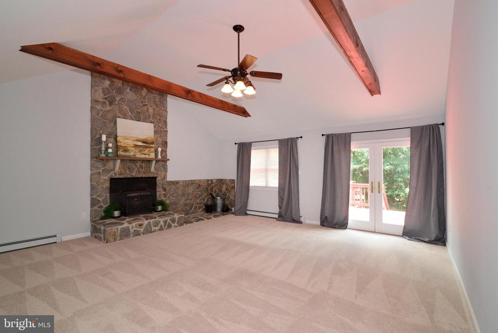 Impressive Family Room w NEW Carpet - 13934 MOUNTAIN RD, HILLSBORO