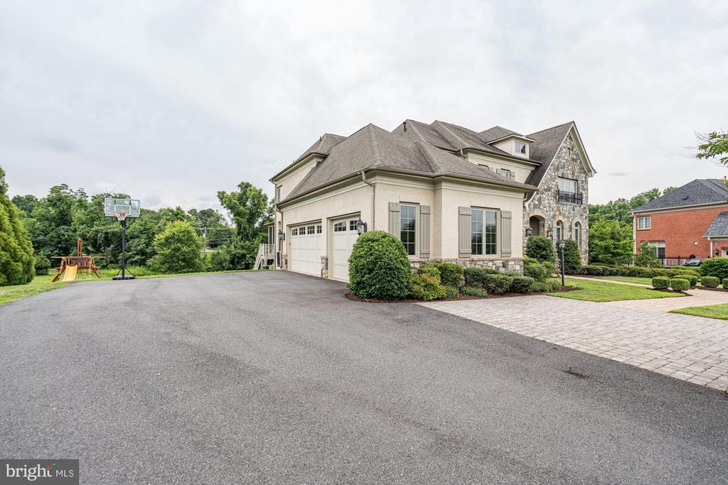 Large Driveway, perfect for all your parties! - 9668 MAYMONT DR, VIENNA