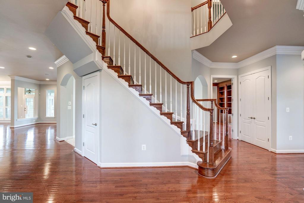 Grand staircase. - 9668 MAYMONT DR, VIENNA