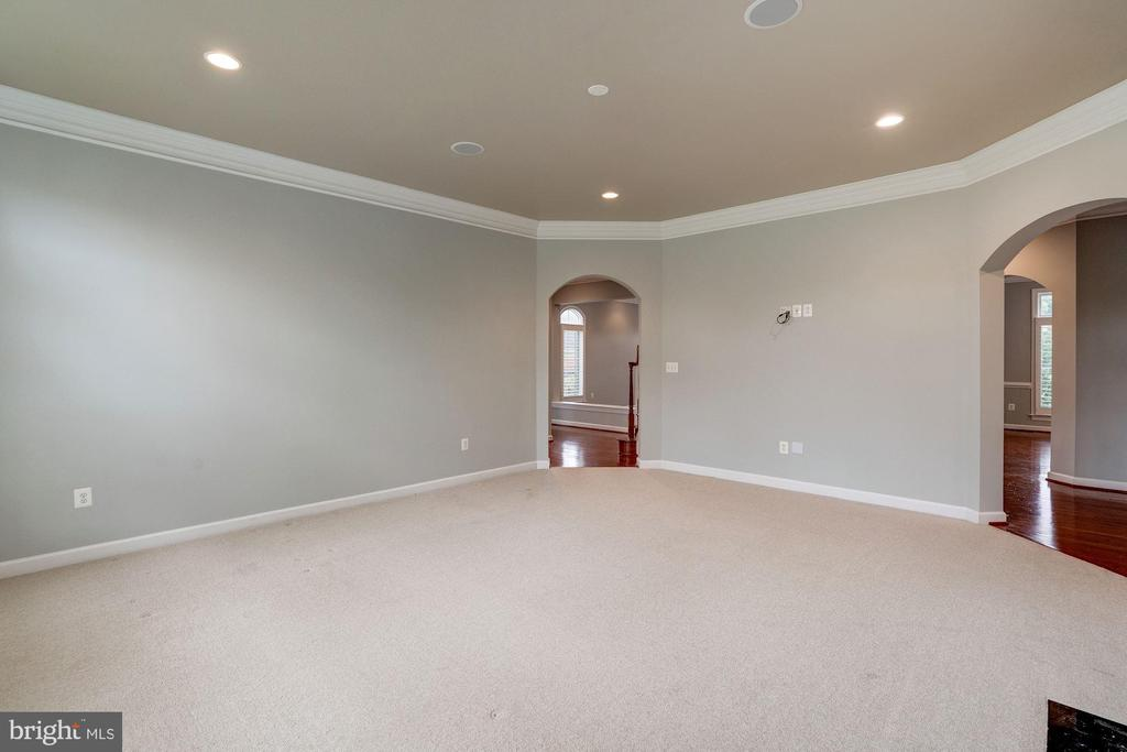 Large Family Room - 9668 MAYMONT DR, VIENNA
