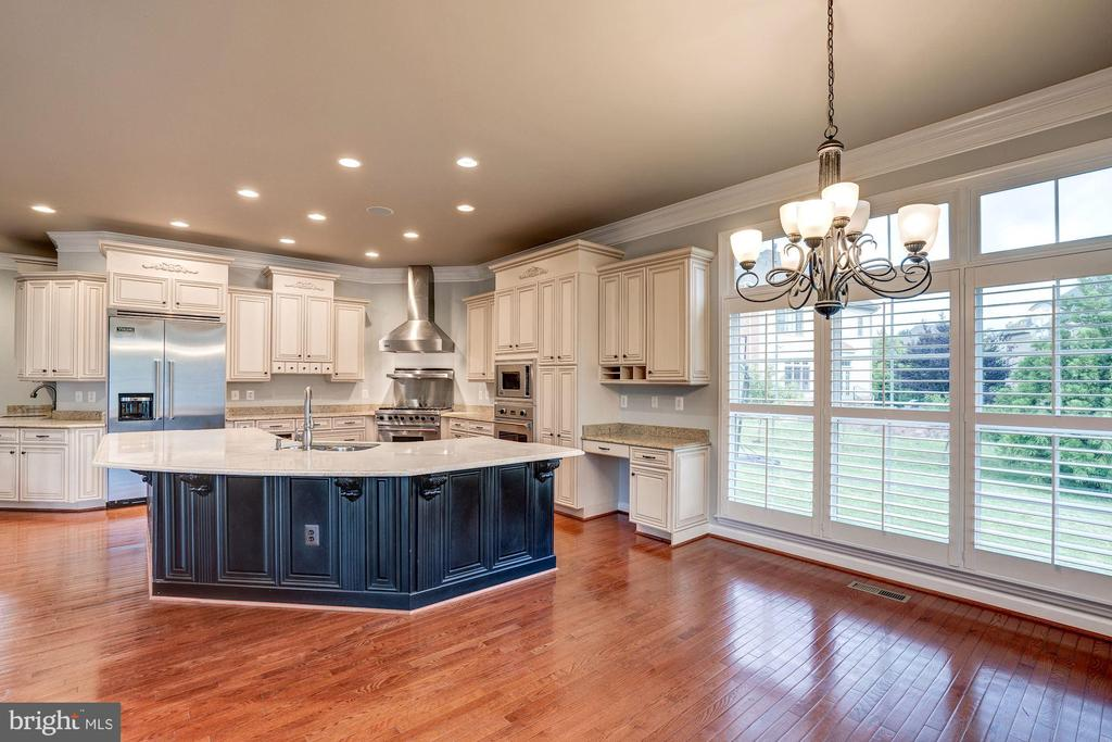 Tons of Natural Light - 9668 MAYMONT DR, VIENNA