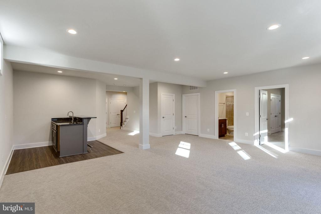 FULLY FINISHED LOWER LEVEL WITH WET BAR. - 313 CABIN RD SE, VIENNA