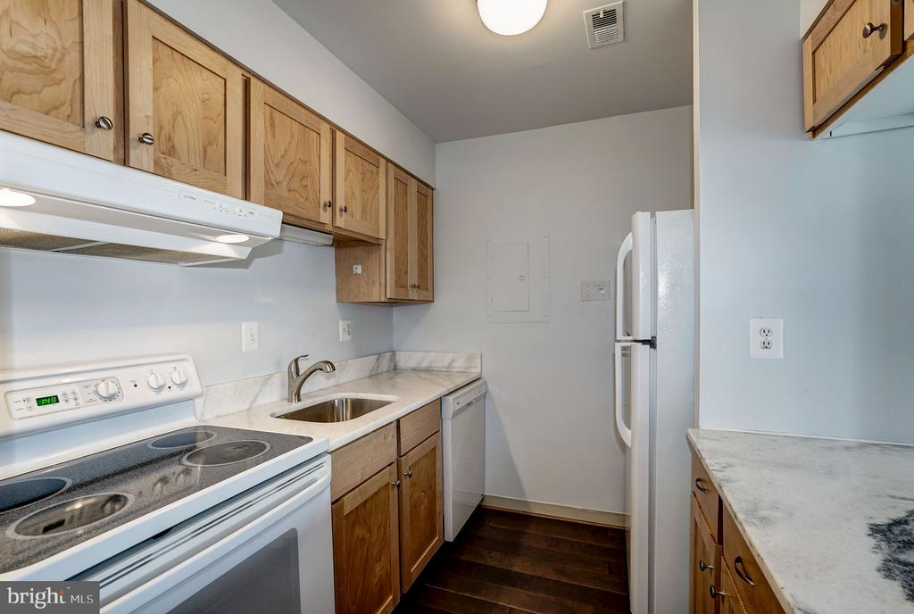 Kitchen - Upgraded Maple Cabinetry - 1808 OLD MEADOW RD #1416, MCLEAN